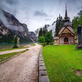 Kapel aan het Lago di Braies - Pragser Wildsee van Rene Siebring