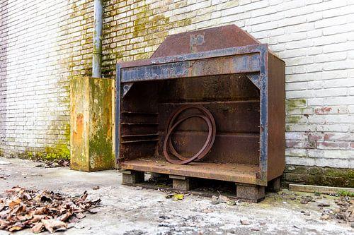 Urbex - Oude roestige kast tegen een verweerde muur