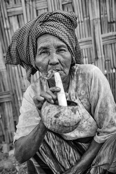 Alte Frau raucht traditionelle Stumpen Zigarre vor ihrem Haus in Baghan in Myanmar von Wout Kok