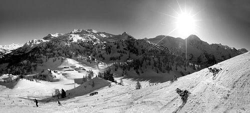 Eine Winterlandschaft in den Bergen in schwarz weiß van