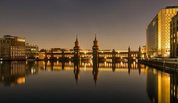 Oberbaumbrücke 's nachts met reflectie