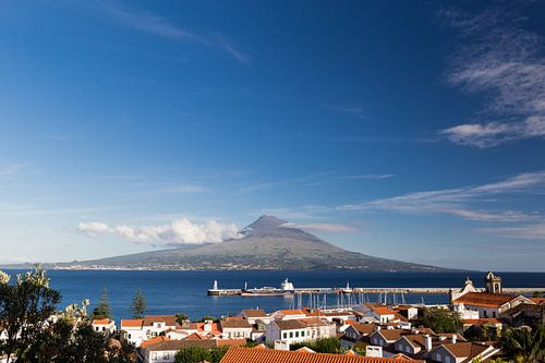 Uitzicht vanaf Horta, Faial op de vulkaan Pico van