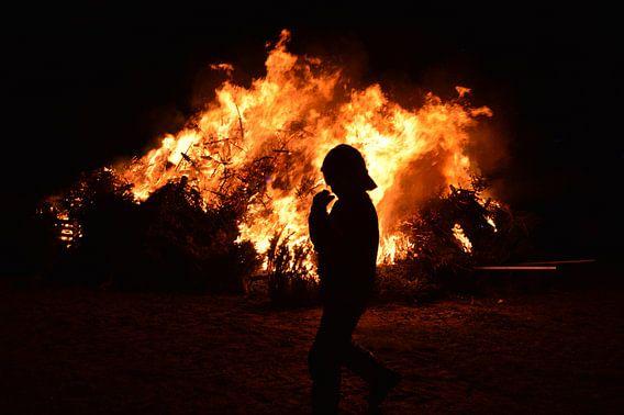 Brandweerman bij kerstboomverbranding