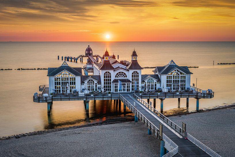 Zonsopgang op de Sellin Pier, Duitsland van Michael Abid