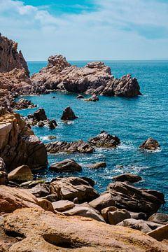 Rotsen in zee op Sardinië van Tom Rijpert
