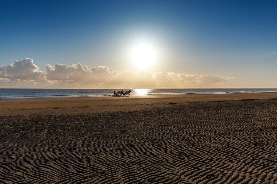 Strand met zonsopkomst Normandie Frankrijk van Rob van der Teen