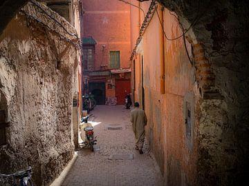 Mann in der Medina von Marrakech, Marokko von Teun Janssen