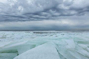 Kruiend ijs onder mooie wolken lucht van Karla Leeftink