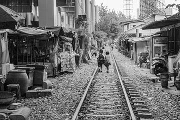 Schoolkinderen lopen naar huis in Bangkok van Bart van Lier