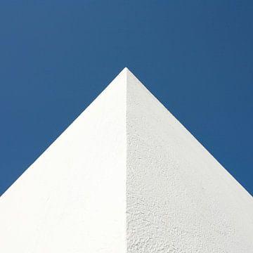 Mediterrane hoekpunt tegen blauwe lucht in vierkant van