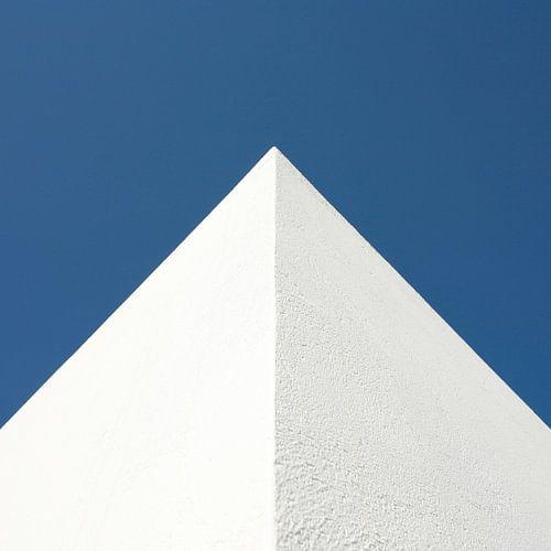 Mediterrane hoekpunt tegen blauwe lucht in vierkant
