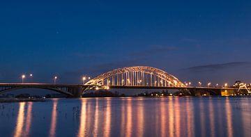 Waalbrug Nijmegen in de avond bij hoog water van Patrick Verhoef