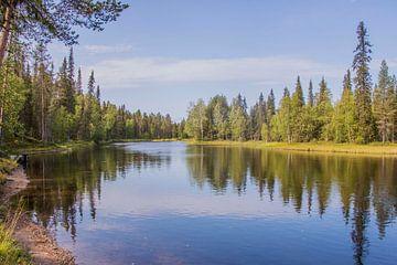 Rivier in Fins Lapland in de zomer van Bianca Kramer
