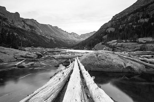 Zicht op bergmeer Rocky Mountains