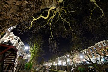 De Oudegracht met de Smeebrug op de achtergrond in Utrecht sur Donker Utrecht