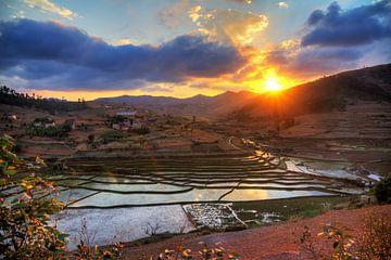 Zonsondergang reflectie in Madagaskar van Dennis van de Water