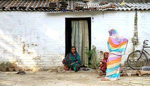 Indische Damen auf der Straße von Irma Grotenhuis
