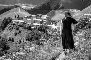 Eine Nonne am Ende der Wanderung von Freek van Oord