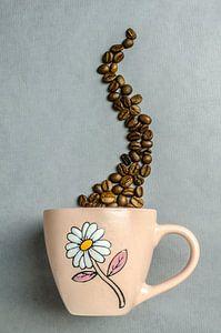 Een koffiekop met koffiebonen