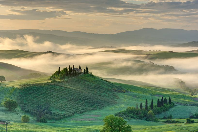 Morning mist in the Val d'Orcia in Tuscany van Michael Valjak