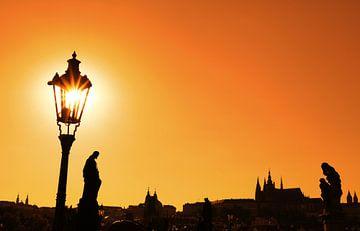 Sunset silhouettes of Charles Bridge in Prague von Anton Eine