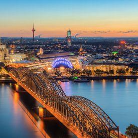 Blick über Köln am Abend von Michael Valjak