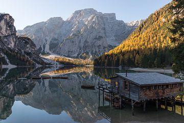 Huis aan het meer- Lago di Braies, Dolomieten, Italië van Thijs van den Broek
