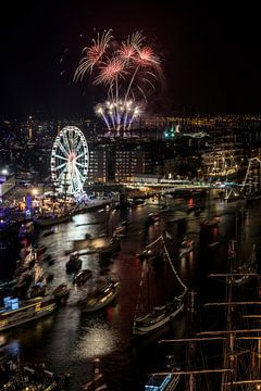 SAIL AMSTERDAM 2015: vuurwerkshow vanaf Movenpick Hotel. van Renzo Gerritsen