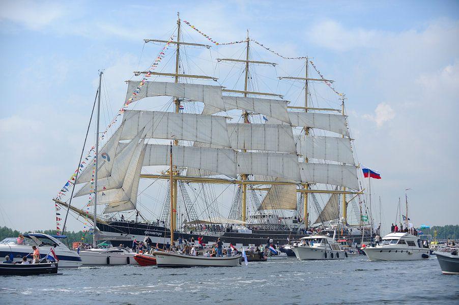 Tallship Kruzenshtern bij de parade van SAIL Amsterdam 2015