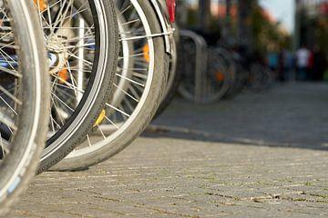Fietsen op een fietsenstalling van Heiko Kueverling