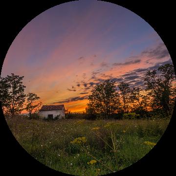 Lonely shed @ sunset I van Marcel de Groot