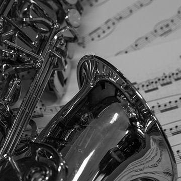 Als-sax op bladmuziek in zwartwit von Bianca Muntinga