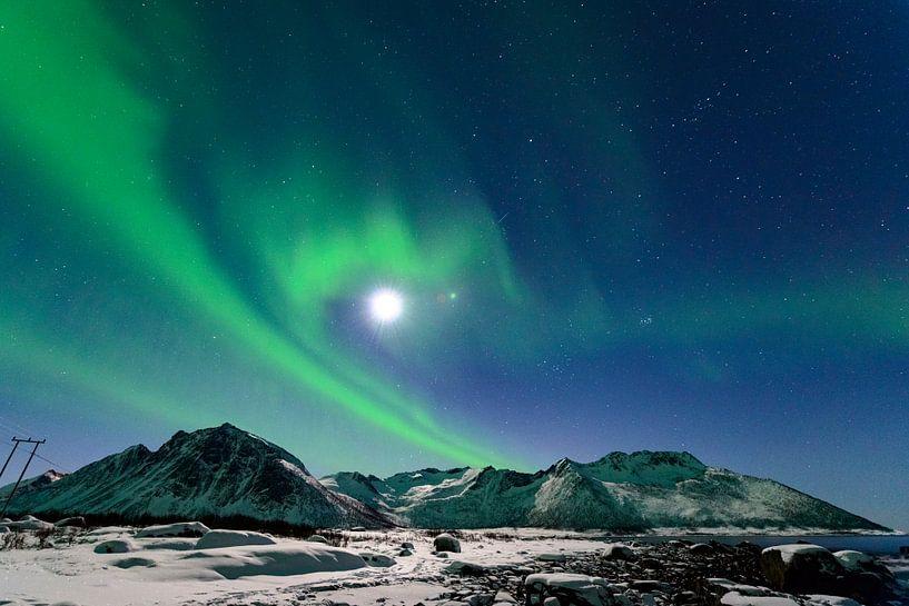 Noorderlicht, poollicht of Aurora Borealis in de nachtelijke hemel boven Noord Noorwegen van Sjoerd van der Wal