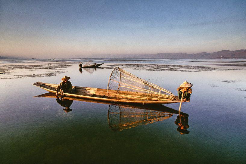 Fischer am Inle-See in Myanmar suchen nach Fisch von Frans Lemmens