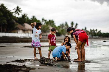 Kinderen op het strand in vissersdorpje in Filipijnen van Yvette Baur