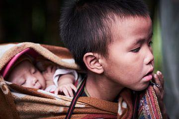 Vietnamese jongen met  baby van Karel Ham