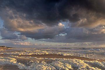 Donkere wolken langs de kust. van Paul Groefsema