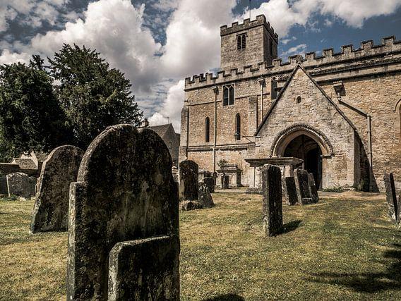 Kerk en grafsteen in Bibury, Engeland
