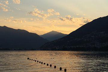 Sonnenuntergang am Lago Maggiore in der Schweiz von Sander van Doeland