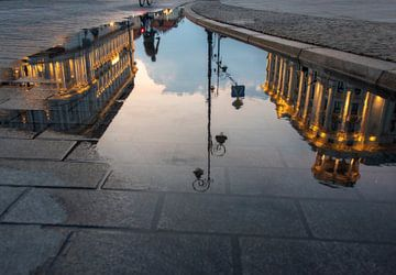Warschau in weerspiegeling plas von Marcel van Balken