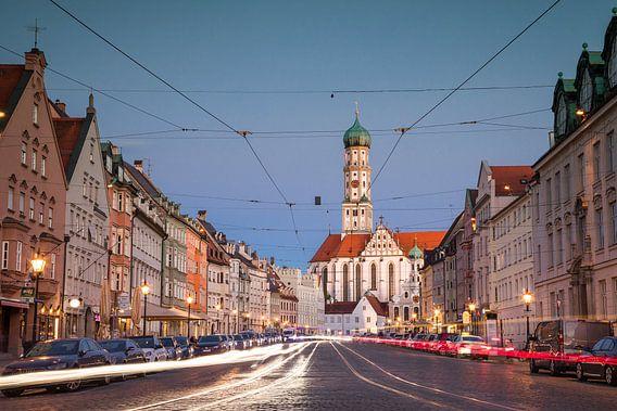 Maximilianstrasse in Augsburg met straatverlichting