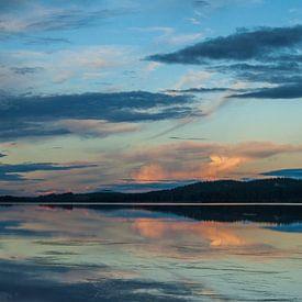 Ondergaande zon meertje Idre Zweden van Margreet Frowijn