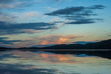 Ondergaande zon meertje Idre Zweden von Margreet Frowijn