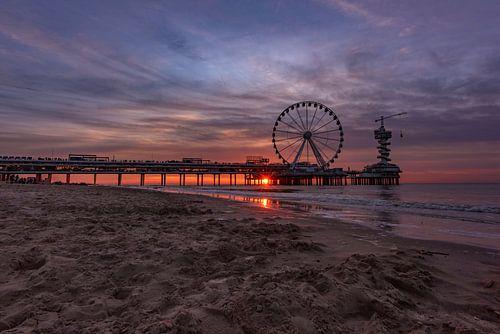 Strand van Scheveningen, pier en het reuzenrad bij zonsondergang met zonnestralen door de pier van Gea Gaetani d'Aragona