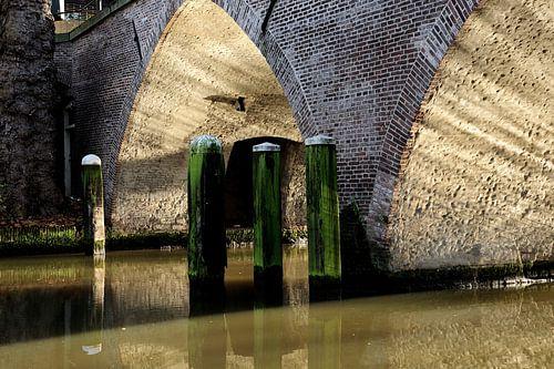 Weesbrug over Oudegracht in Utrecht van
