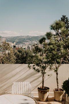 Terrasse mit Blick auf die Berge von Beirut, Libanon von Moniek Kuipers