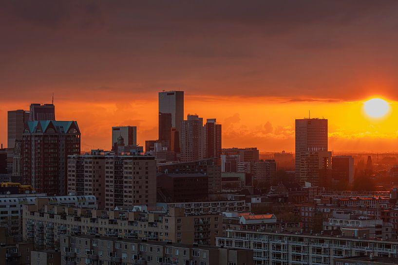 Der Sonnenuntergang über dem Stadtzentrum von Rotterdam von MS Fotografie | Marc van der Stelt