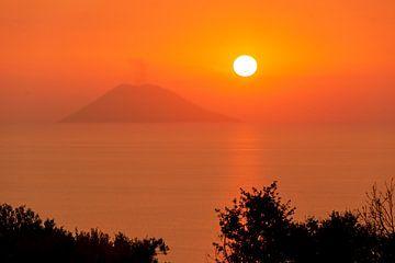 Stromboli tijdens zonsondergang. van Maren Oude Essink