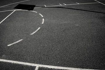 Strijklicht verandert basketveld. van