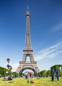 Un homme qui saute à la Tour Eiffel à Paris sur Floor Fotografie